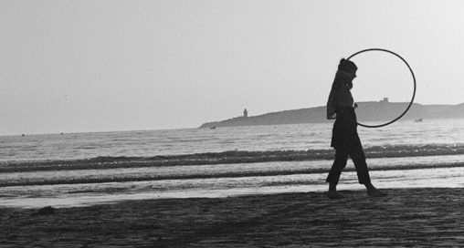 Foto Tanja Peinsipp mit Hula Hoop Reifen am Strand